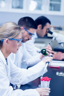 Estudantes de ciências que trabalham com produtos químicos no laboratório