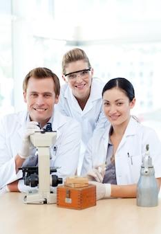 Estudantes de ciências trabalhando em laboratório