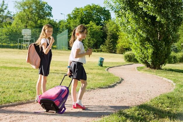 Estudantes de escola primária de colegial caminhando