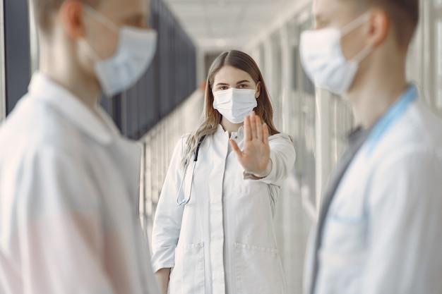 Estudantes de medicina estão no corredor em máscaras