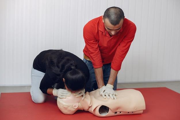 Estudantes de medicina estão praticando