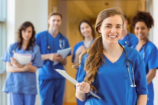 Estudantes de medicina sorrindo para a câmera