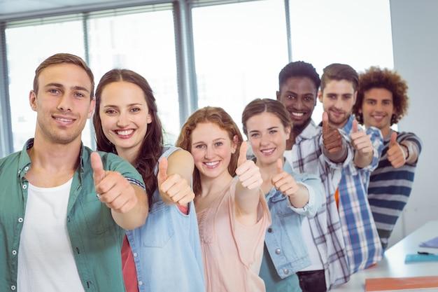 Estudantes de moda mostrando os polegares