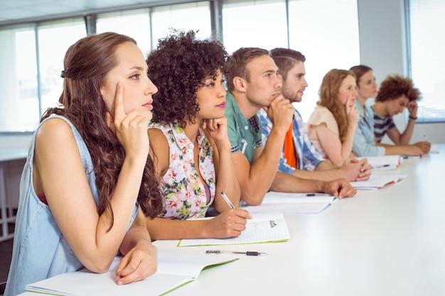 Estudantes de moda, sendo atencioso em sala de aula