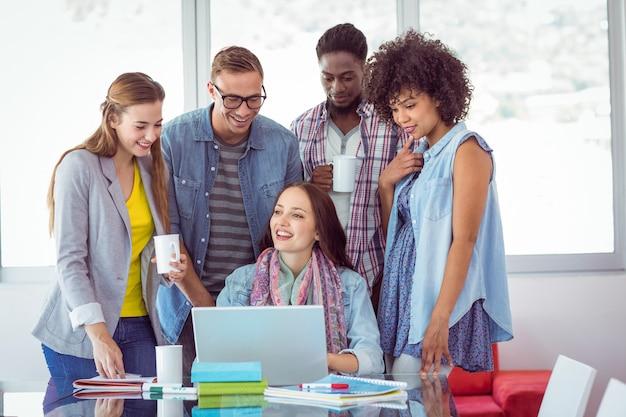 Estudantes de moda trabalhando em equipe na faculdade