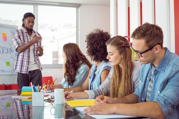 Estudantes de moda trabalhando em equipe