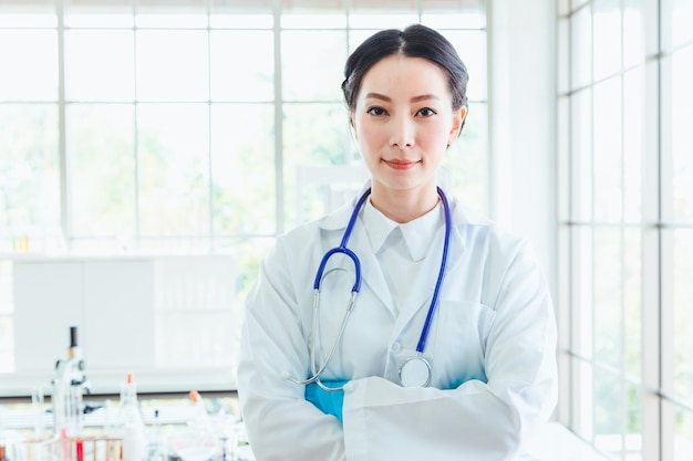 Estudantes de mulheres de ciência closeup trabalhando com produtos químicos no laboratório