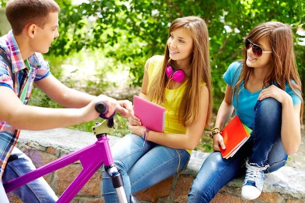 Estudantes de verão fêmea alegre adorável