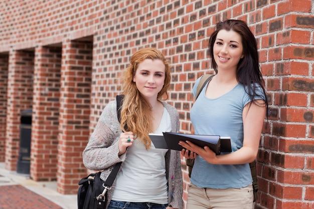Estudantes em pé