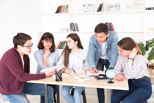 Estudantes, escrivaninha, trabalhando, junto