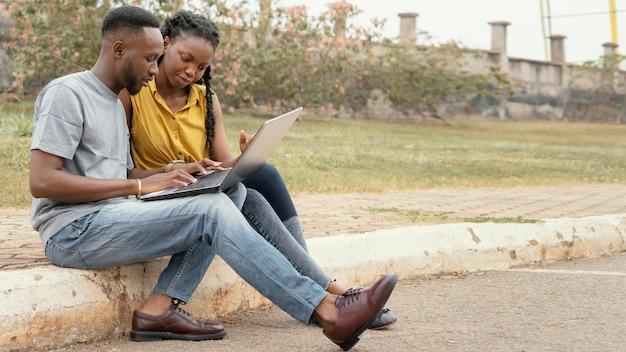Estudantes estudando juntos