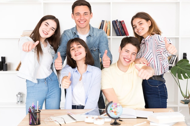 Estudantes felizes na biblioteca