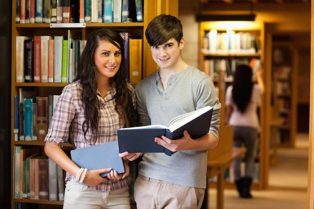 Estudantes inteligentes com um livro