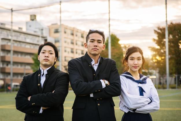Estudantes japoneses reunidos ao ar livre