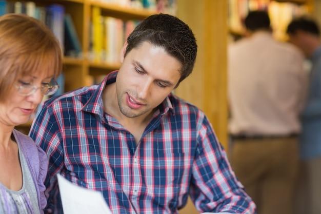 Estudantes maduros na biblioteca