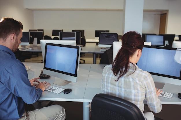 Estudantes maduros usando computador
