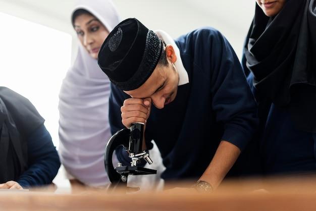 Estudantes muçulmanos em sala de aula