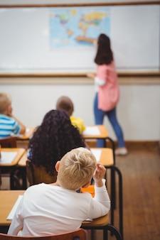 Estudantes ouvindo o professor