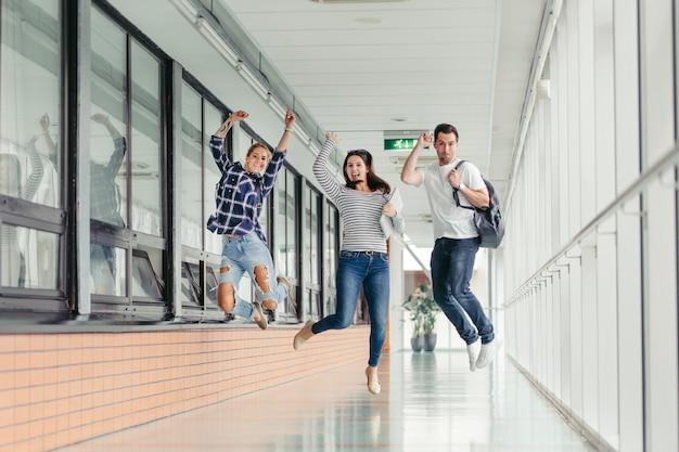 Estudantes pulando na faculdade