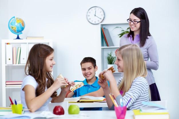 Estudantes que comem na sala de aula