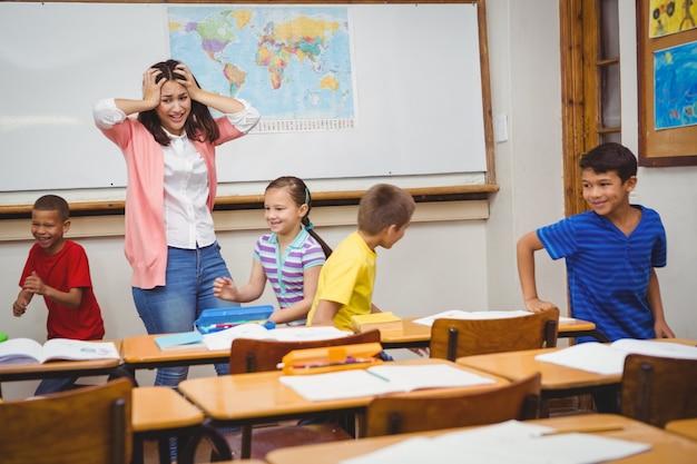 Estudantes que dirigem o professor doidos