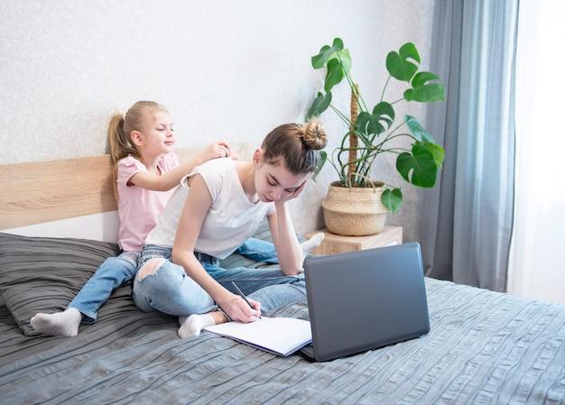 Estudantes que estudam em casa