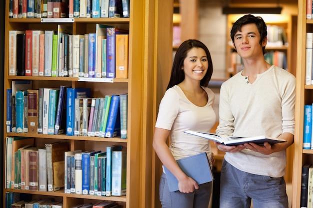 Estudantes que guardam livros