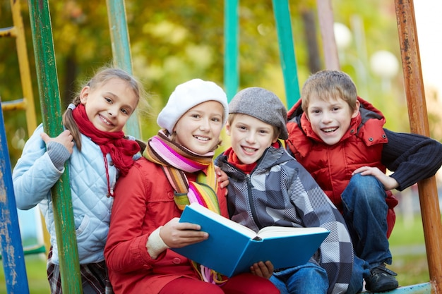 Estudantes que lêem ao ar livre