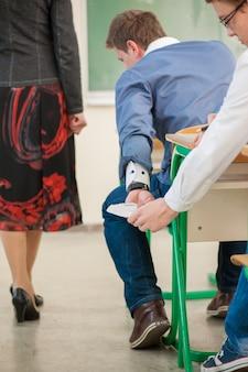 Estudantes que passam uma folha de truques