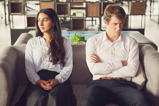 Estudantes ressentidos olhando longe um do outro
