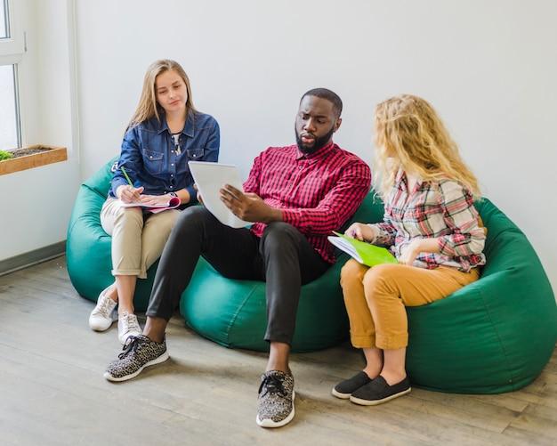 Estudantes revisando material em conjunto
