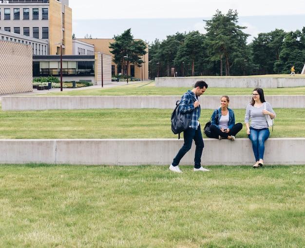 Estudantes sentados no pátio da universidade