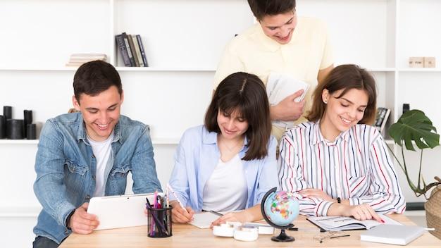 Estudantes, trabalhando, em, biblioteca