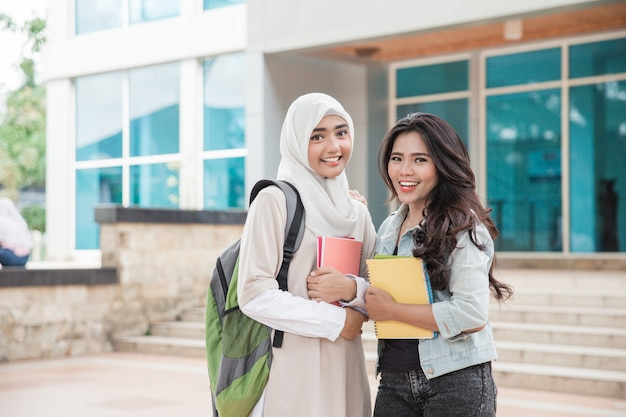 Estudantes universitários asiáticos no campus