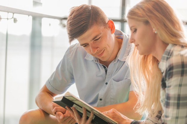 Estudantes universitários com livro