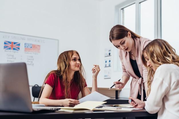 Estudantes universitários do sexo feminino em sala de aula. o estudo da escola aprende a classe.