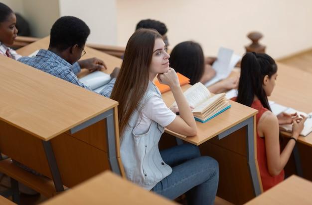Estudantes universitários em sala de aula de perto
