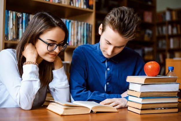 Estudantes universitários estudando na biblioteca