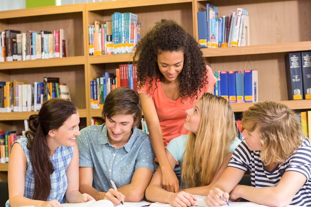 Estudantes universitários, fazendo, dever casa, em, biblioteca
