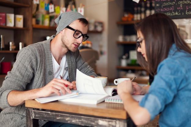Estudantes universitários se preparando para os exames em um café