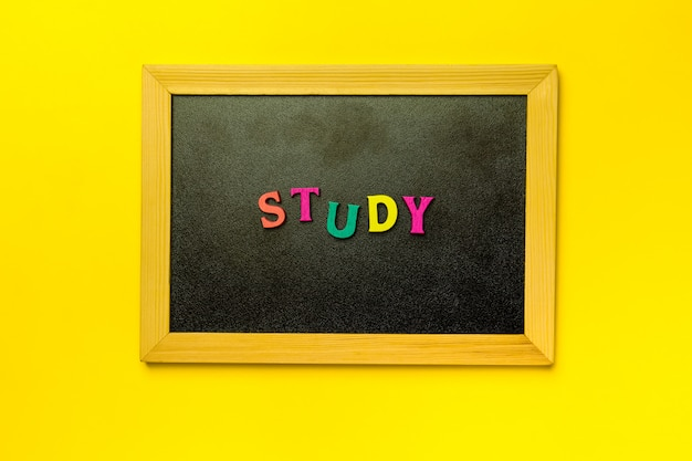 Estude a palavra na lousa de madeira sobre fundo amarelo
