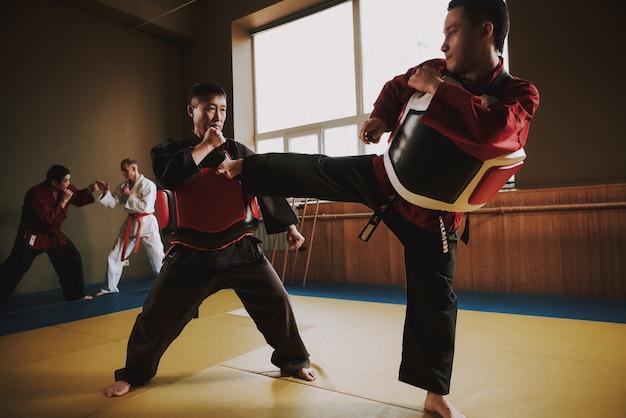 Estude treinamento com equipamento de proteção.