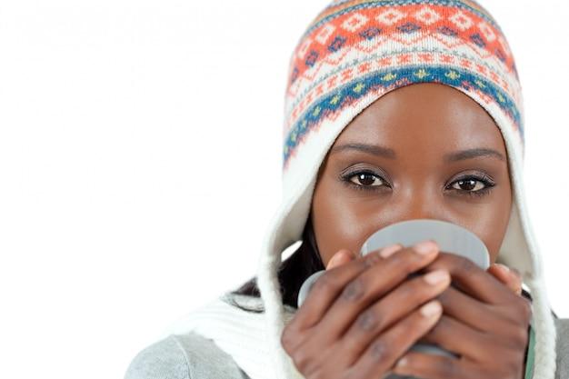 Estudiante, mulher, desfrutando de uma xícara de chá no frio