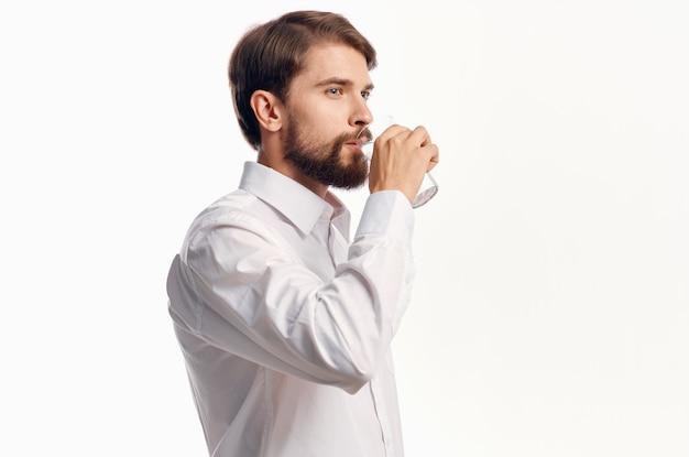 Estúdio de água pura para cuidados de saúde de homem bonito