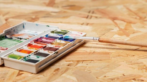 Estúdio de arte de criatividade com pincel e pintura em aquarela
