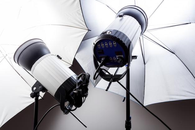 Estúdio de close-up flash em cinza no estúdio de fotografia