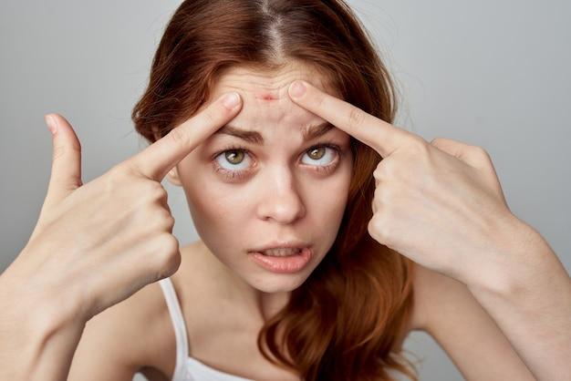 Estúdio de cosmetologia de problemas de pele de uma linda mulher
