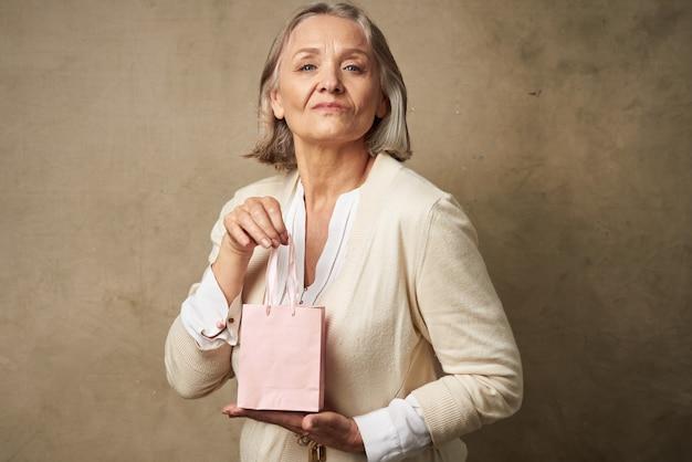 Estúdio de cuidados para presentes com pacote rosa para mulher idosa emocional