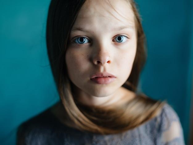 Estúdio de depressão em emoção de garota fofa posando