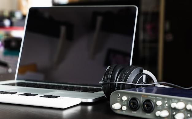 Estúdio de equipamento de gravação de instalação computer music home